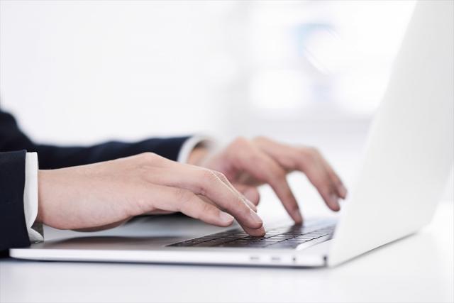 タイピングをしている手のアップ画像