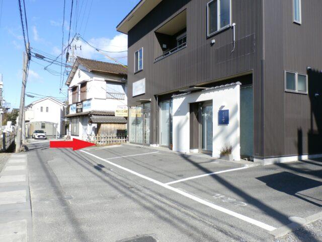 グランマの建物の先を右に曲がります。