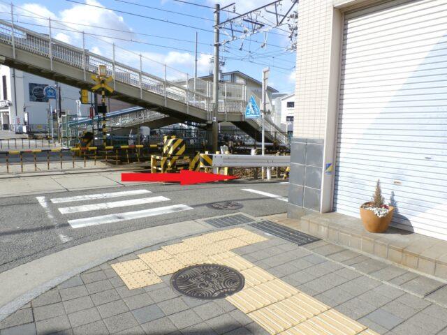 有松駅踏切の手前を右に曲がります。